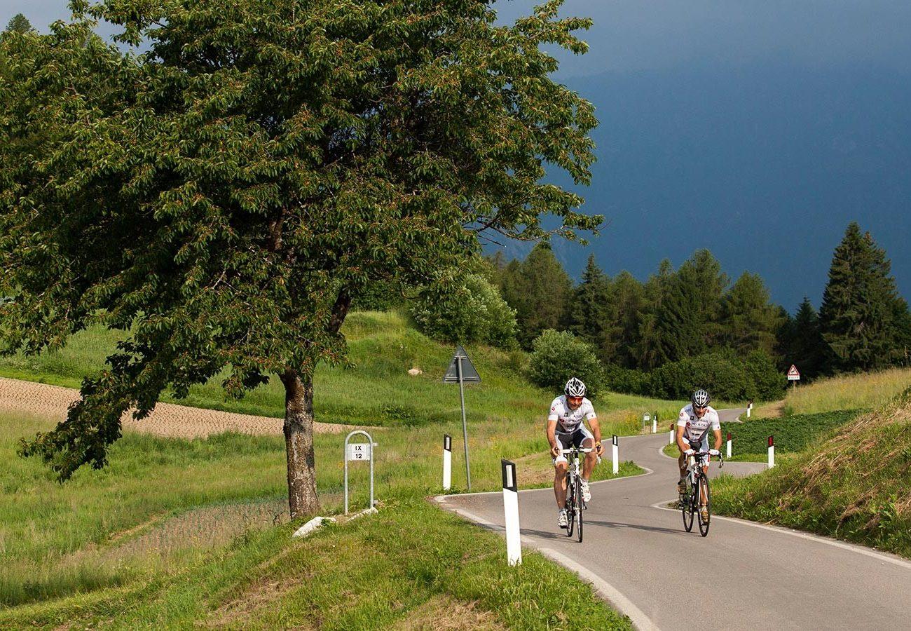 in salita con la bici da corsa a Torbole sul Garda