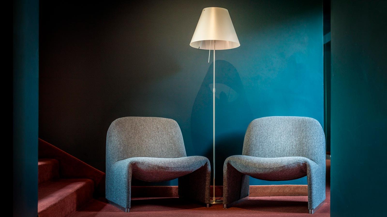 Poltroncine e lampada all'hotel Caminetto