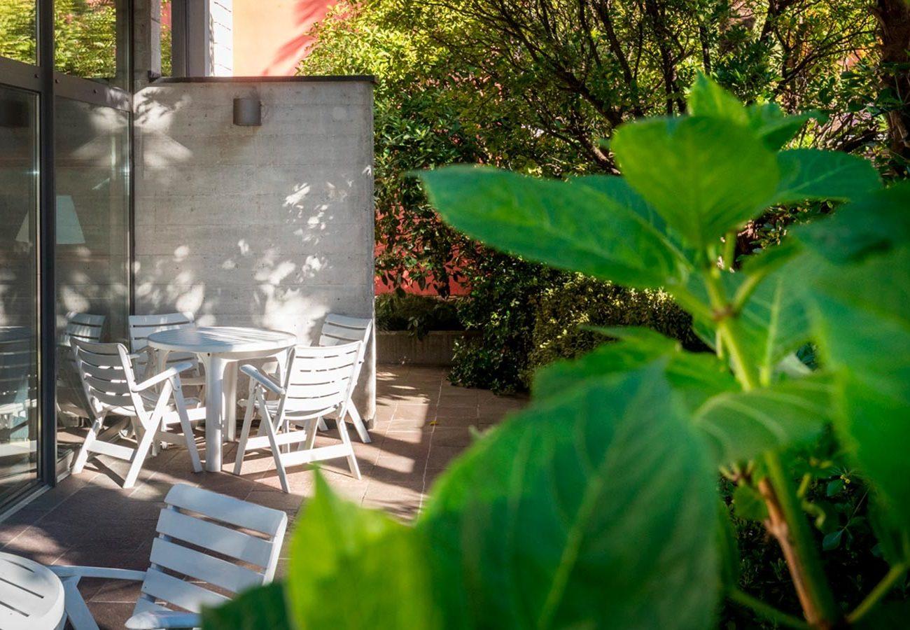 terrazzo esterno dell'Hotel Caminetto di Torbole sul Garda